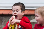 kids eating banana